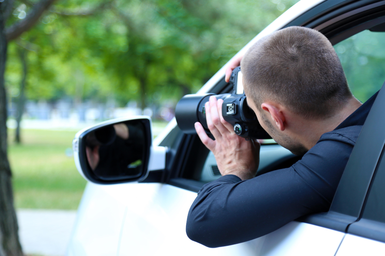 Mann mit Kamera bei Überwachung