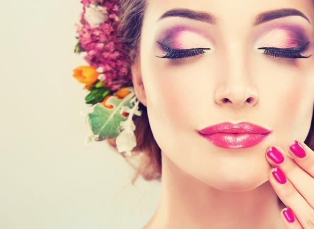 Professionelles Make-up in Pink-Tönen mit passendem Nageldesign und Haarschmuck