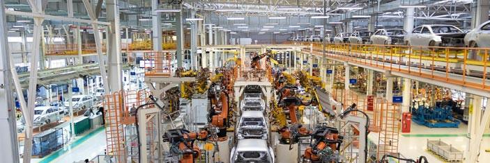 Kfz-Produktion am Fließband in einer Industriehalle